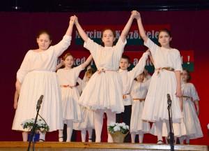 Március 15-i műsor, gyermekek a színpadon.