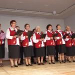 Nyugdíjas női kórus énekel