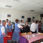 nyugdíjasok népviseletben táncolnak