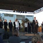 Színpadon polgármester beszédet mond
