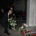 polgármester elhelyezi a koszorút az emlékműnél