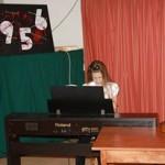 Kislány zongorázik