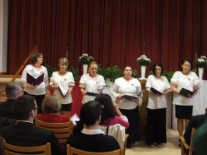 Március 15-i ünnepi műsor, női kórus énekel