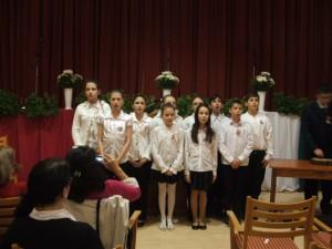 Március 15-i ünnepi műsor, gyermek kórus énekel