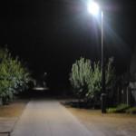 Villanyoszlop éjjel világítva